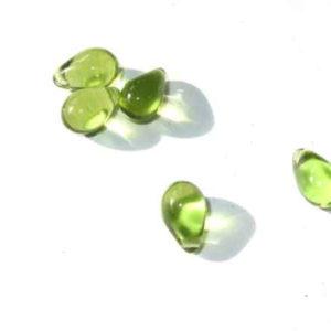 tropfenförmige Glasperlen