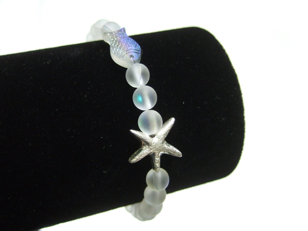 DIY Armband aus opalisierenden Glasperlen basteln